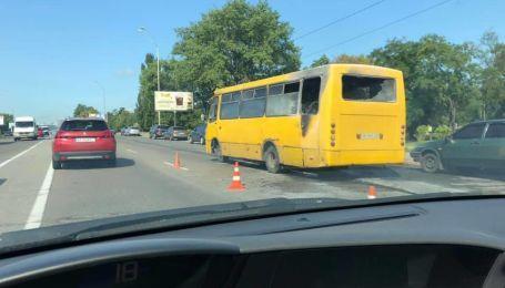 В Киеве посреди дороги загорелась маршрутка