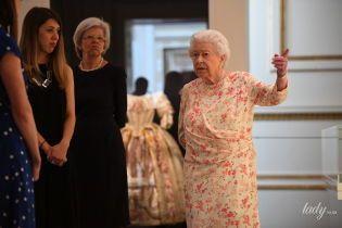 В новом платье и с безупречной прической: королева Елизавета II на выставке во дворце