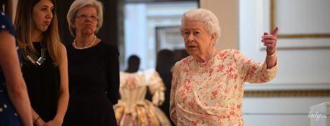 У новій сукні та з бездоганною зачіскою: королева Єлизавета II на виставці у палаці