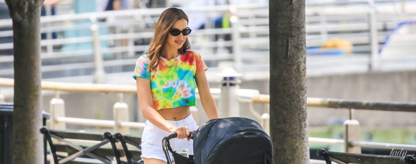 В топе и мини-шортах: Ирина Шейк выглядит сексуально даже на прогулке с дочерью