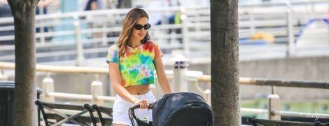 В топі і мінішортах: Ірина Шейк має сексуальний вигляд навіть на прогулянці з дочкою