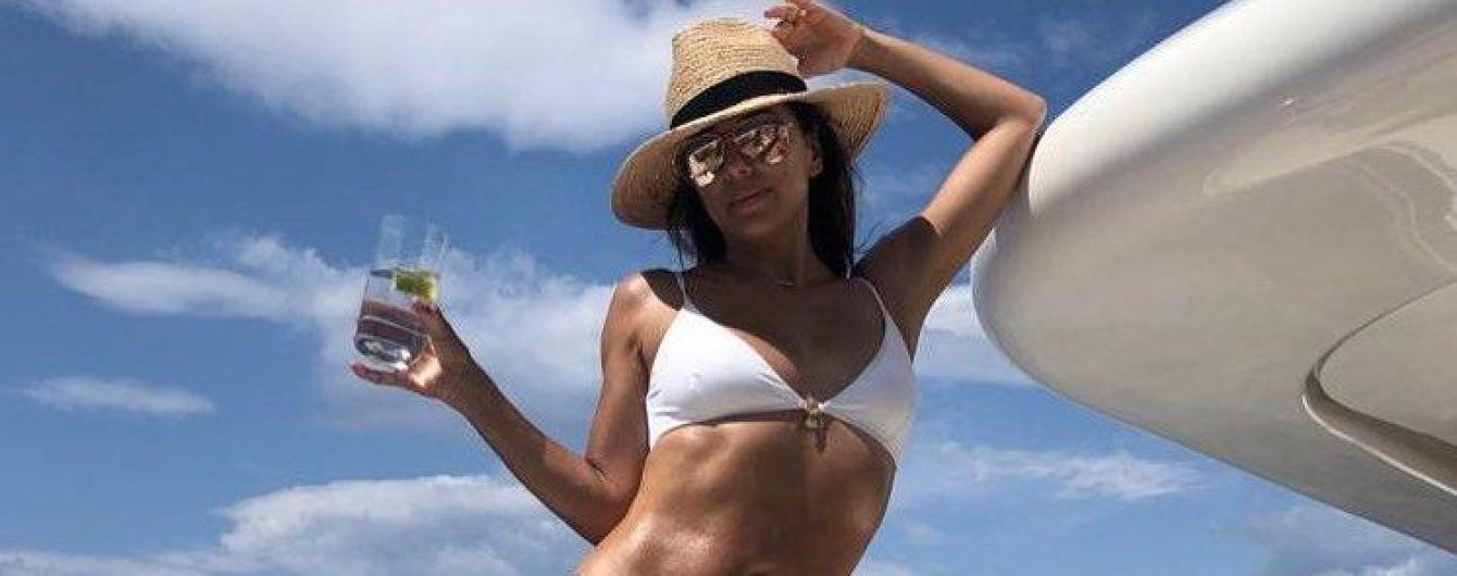 В отличной форме: Ева Лонгория в белом бикини позировала на яхте