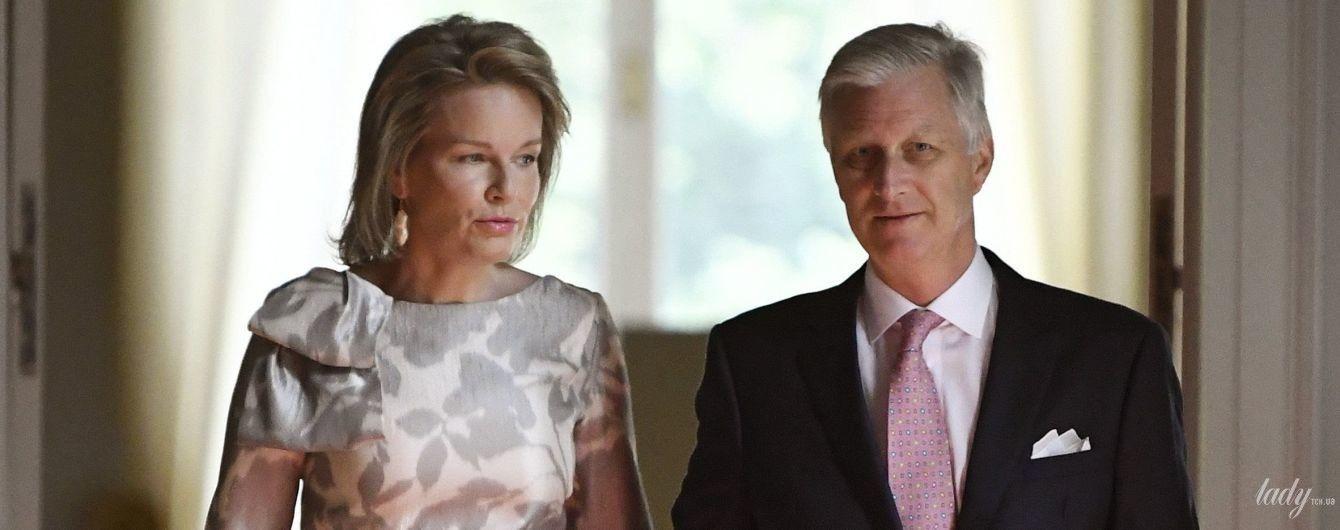 У сіро-білих відтінках: елегантна королева Матильда з чоловіком-королем за ручку сходила на виставку