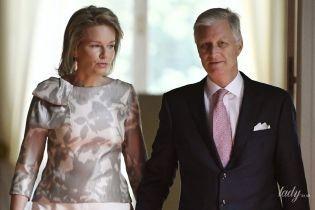 В серо-белых оттенках: элегантная королева Матильда с мужем-королем за ручку сходила на выставку