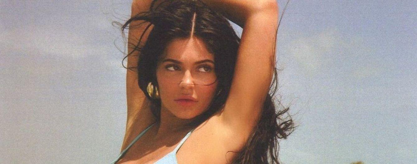В черном, голубом и желтом: Кайли Дженнер в стильных купальниках продемонстрировала сексуальные формы