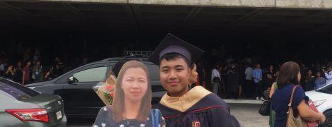 Филиппинец пришел на выпускной с картонной фигурой мамы, которая умерла из-за болезни