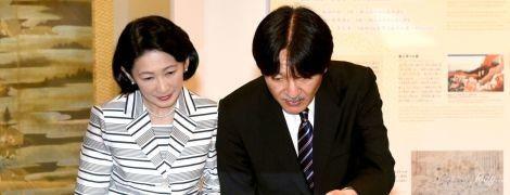 В полосатом костюме и черных туфлях: элегантная принцесса Кико посетила культурный центр