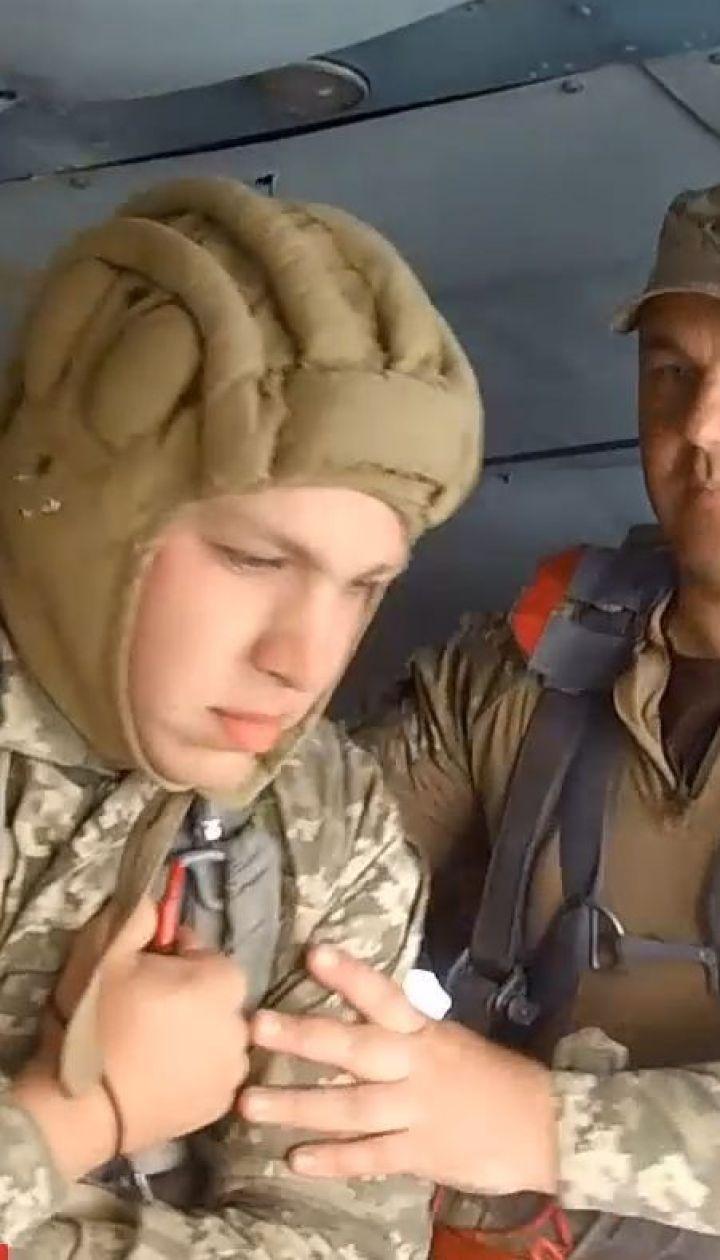 У Житомирі призовники здійснили свої перші стрибки з парашутом