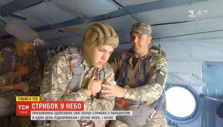 В Житомире призывники совершили свои первые прыжки с парашютом