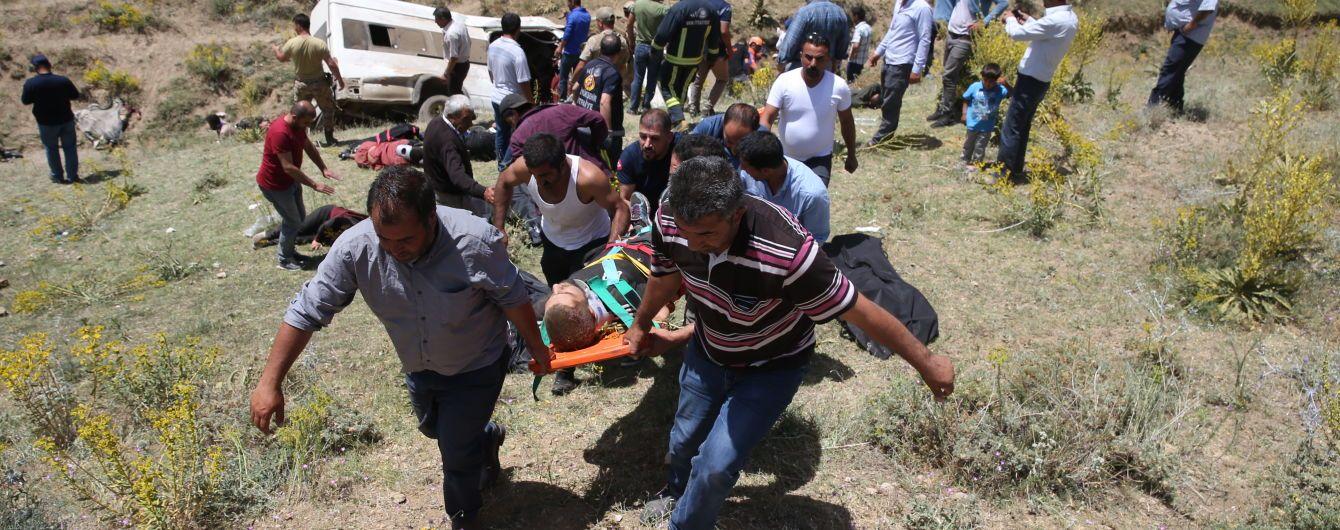 В Турции микроавтобус с мигрантами вылетел в овраг: 16 погибших, полсотни пострадавших