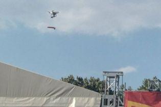 В Одессе во время агитации за кандидата на сцену с дрона сбросили фаллоимитатор