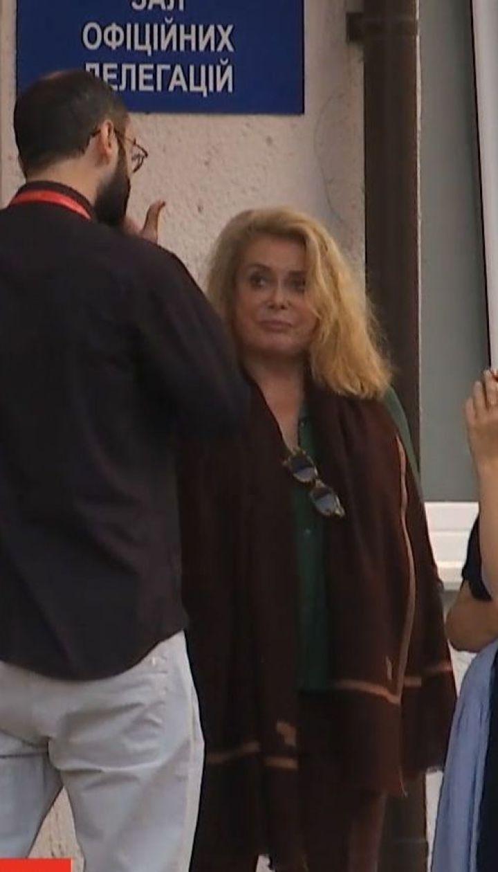 Зірка французького кіно Катрін Деньов прилетіла до України