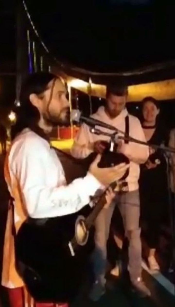 Вокаліст Thirty seconds to Mars влаштував концерт просто неба, а потім видерся на опори мосту у Києві