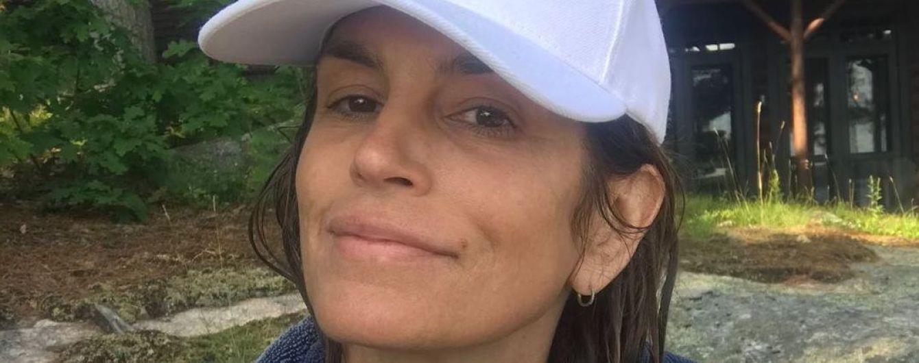 Возраст ей нипочем: Синди Кроуфорд без макияжа и в купальнике отдохнула у озера