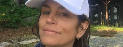 Непідвладна віку: Сінді Кроуфорд без макіяжу і в купальнику відпочила біля озера