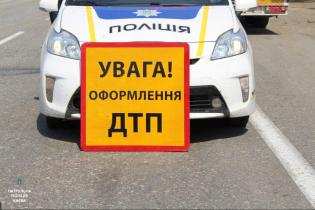 В Киеве внедорожник на большой скорости влетел в авто, которое стояло на светофоре: видео