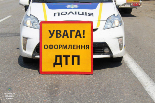 В Киеве во время конфликта среди дороги машина на скорости сбила водителя