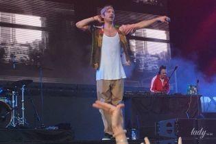 В майці-алкоголічці і з вусами: епатажний Іван Дорн запалив на UPark Festival