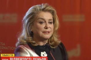 Легенда французского кино Катрин Денев рассказала ТСН о поцелуях и секрете собственной популярности