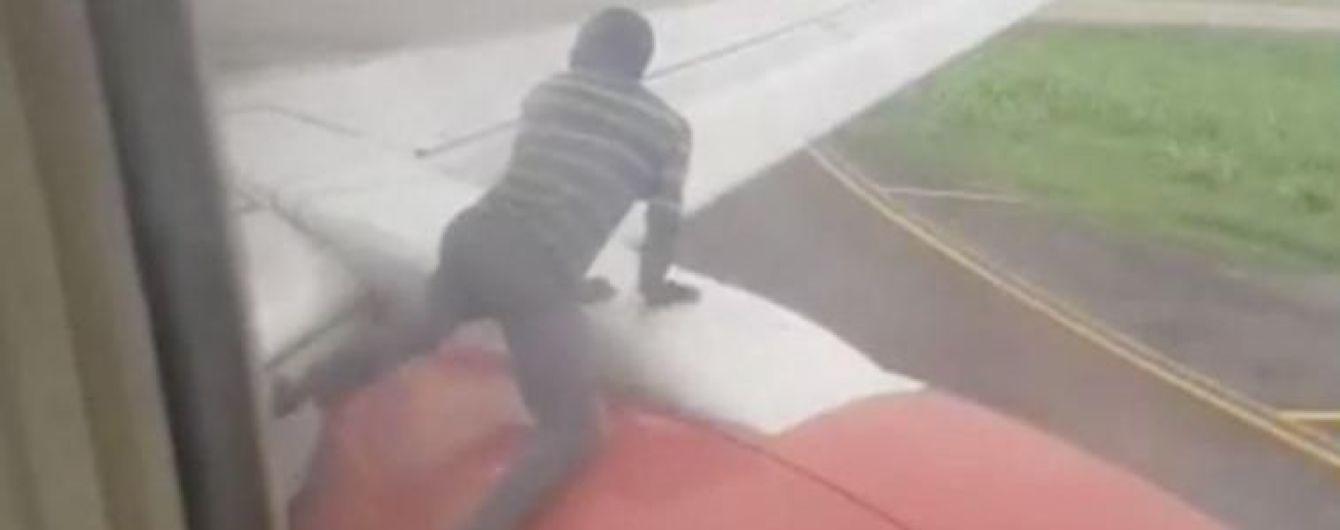 В Нигерии мужчина взобрался на крыло самолета, чтобы попасть внутрь