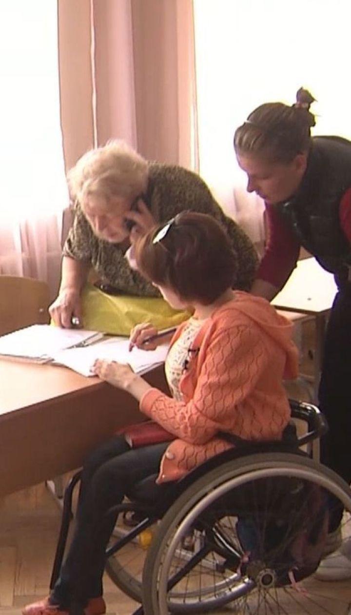 ТСН дізнавалась, як людям на інвалідних візках без перешкод потрапити на виборчі дільниці