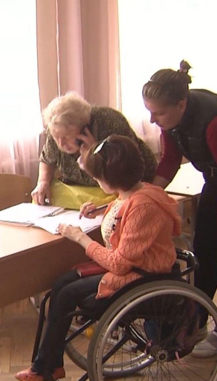 ТСН узнавала, как людям на инвалидных колясках беспрепятственно попасть на избирательные участки
