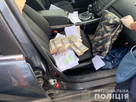 """Понад 20 обшуків і купи грошей. У Києві затримали чиновників, які на """"відкатах"""" заробили 3 млн грн"""