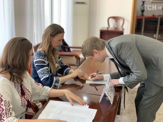 Доки Україна спить. У Китаї відкрилися три виборчі дільниці для голосування українців, одна з яких - нова