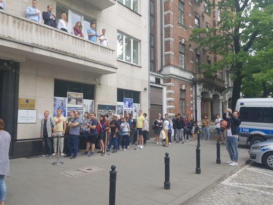 Заспівали гімн та стоять у черзі: українці почали голосувати у Польщі