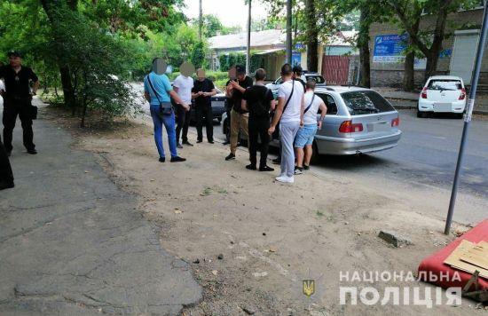 На Миколаївщині біля дільниці затримали озброєних молодиків