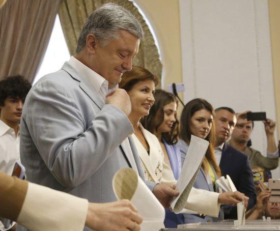 Порошенко з родиною проголосував на парламентських виборах