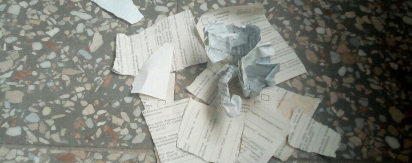 У Харкові виборці демонстративно розірвали бюлетені