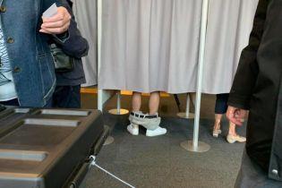 Украинские юзеры делятся фото, где человек голосует со спущенными штанами. Настоящая история фотографии