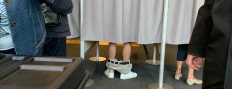 Українські юзери ширять фото, де чоловік голосує зі спущеними штанами. Справжня історія фото