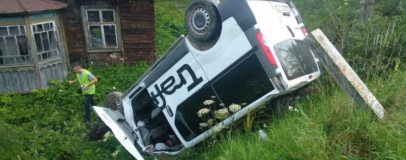 Жуткое ДТП на Львовщине: 19-летний водитель микроавтобуса въехал в остановку, погибла женщина