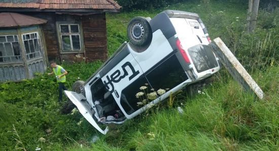 Моторошна ДТП на Львівщині: 19-річний водій мікроавтобуса в'їхав у зупинку, загинула жінка