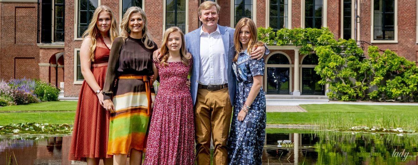 Какие все яркие: королева Максима с дочками-принцессами и супругом предстали в новом летнем фотосете