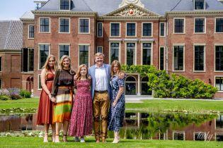 Які всі яскраві: королева Максима з доньками-принцесами і чоловіком постали в новому літньому фотосеті