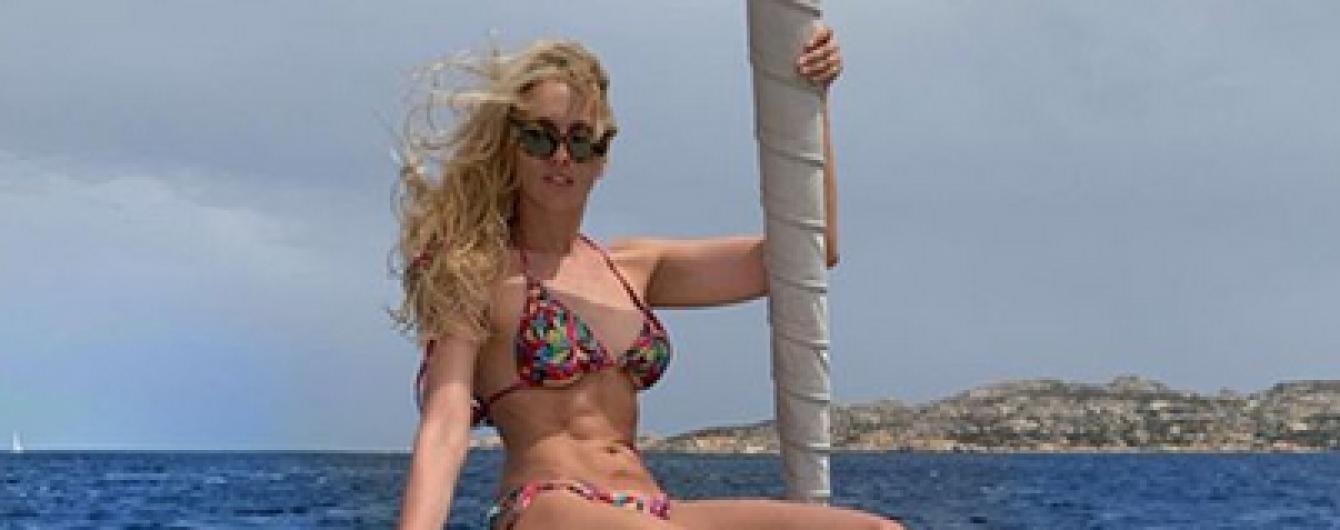 Отдых на яхте: Оля Полякова в пестром бикини сверкнула кубиками пресса