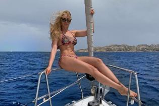 Відпочинок на яхті: Оля Полякова в строкатому бікіні блиснула кубиками преса