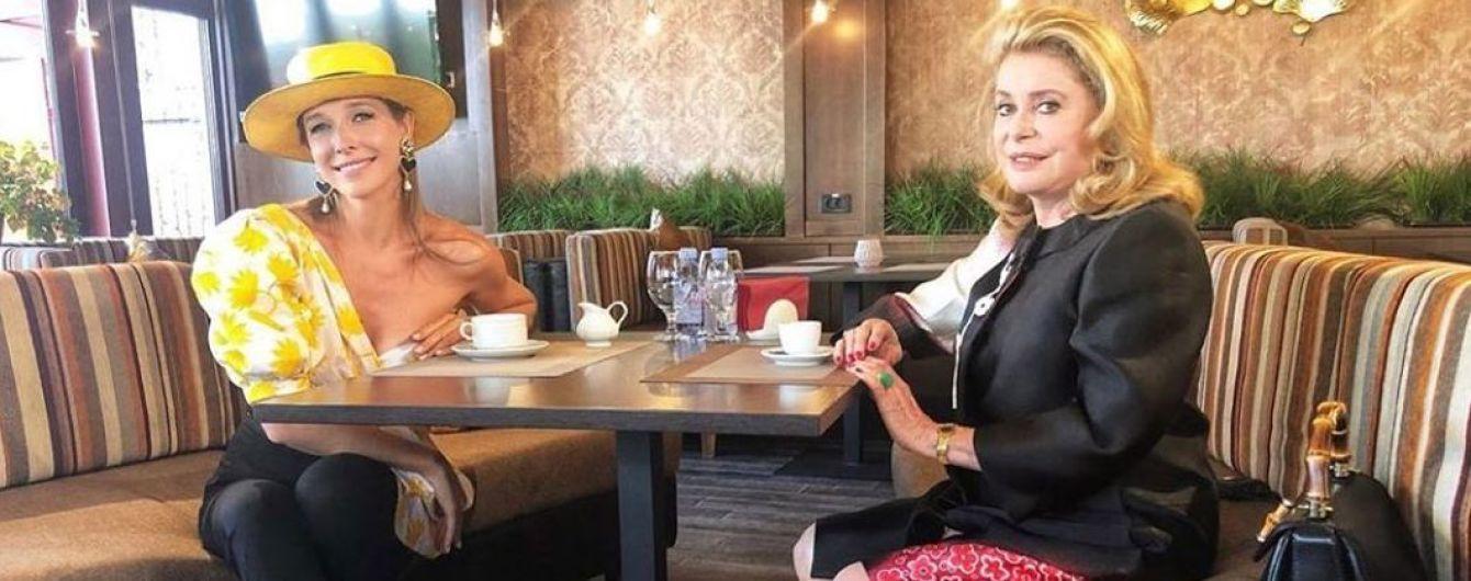 Эффектно обнажив плечо: Катя Осадчая надела интересный лук на встречу с Катрин Денев