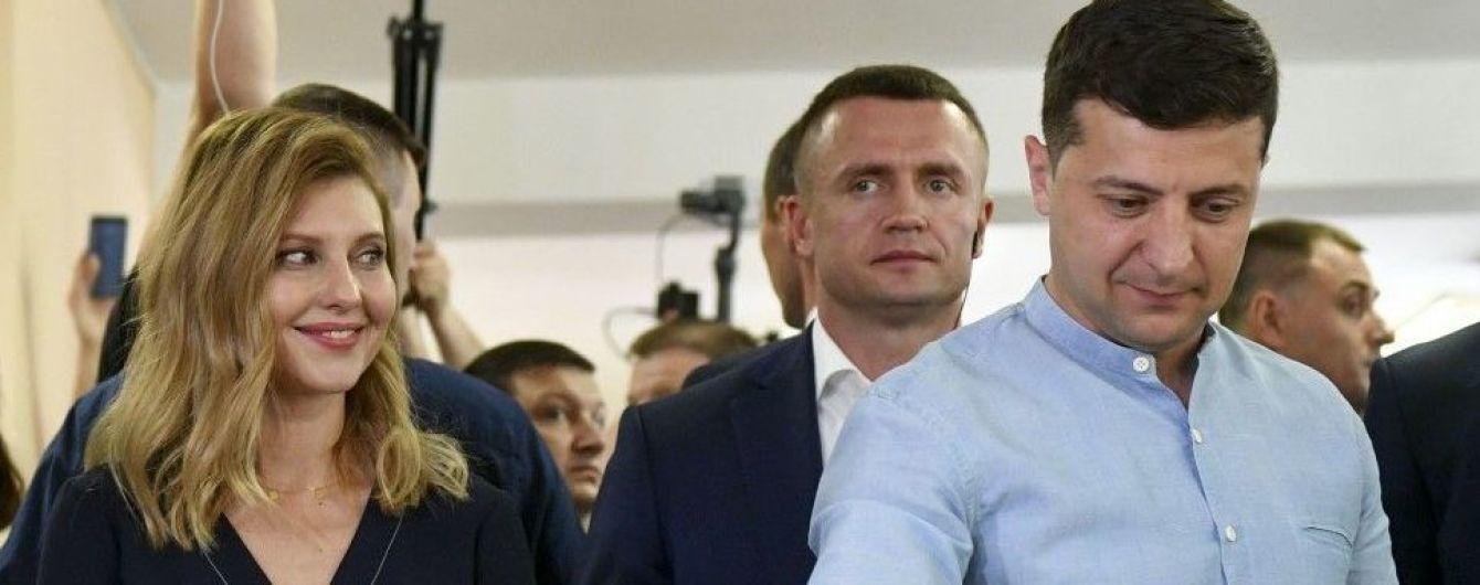 З гарною усмішкою і у вбранні з V-подібним декольте:Олена Зеленська на виборах