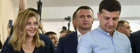 С красивой улыбкой и в наряде с V-образным декольте:Елена Зеленская на выборах