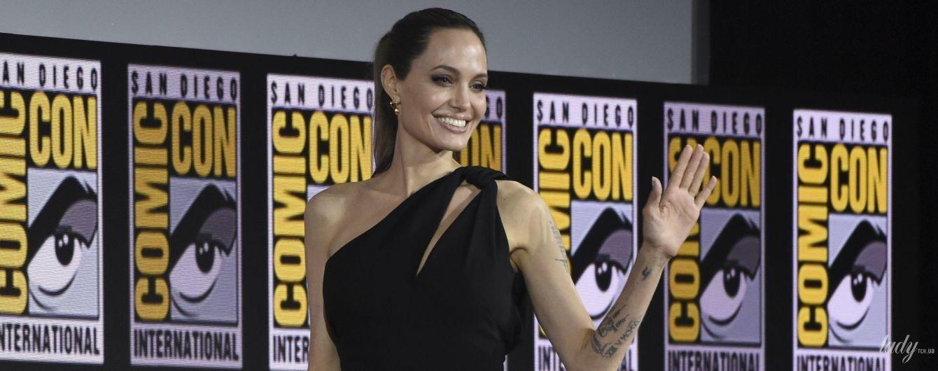 Даже похорошела: Анджелина Джоли в платье на одно плечо приехала на фестиваль