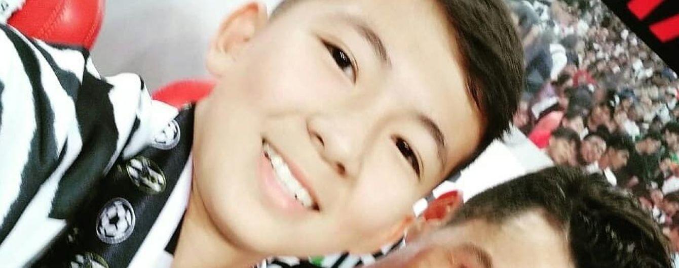 14-летний мальчик из Казахстана выбежал на поле к Роналду и стал звездой соцсетей