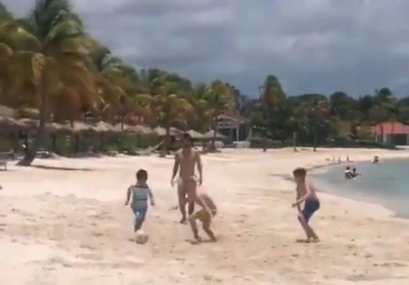 мессі грає у футбол з дітьми на карибах
