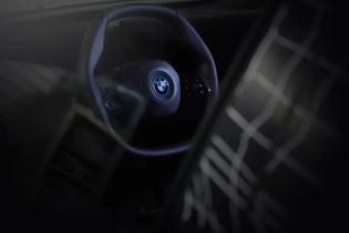 Электрический кроссовер BMW iNext получит полигональный руль