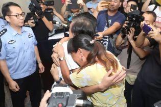 В Китае потерянный 18 лет назад парень встретился с родителями. Его нашли нейросети