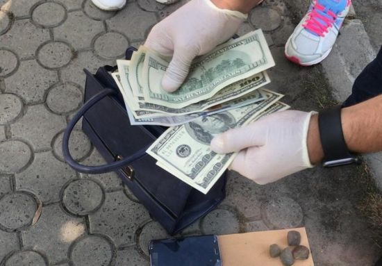 Працівниця мерії Луцька погоріла на вимаганні хабарів із ветеранів ООС