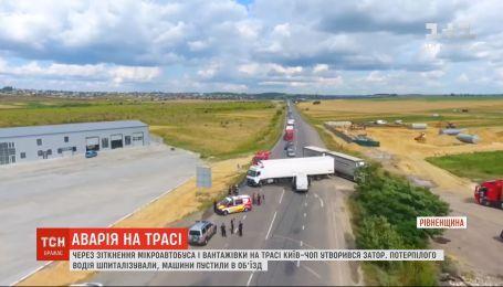 На трасі Київ-Чоп мікроавтобус влетів у фуру, яка виїжджала з узбіччя на дорогу
